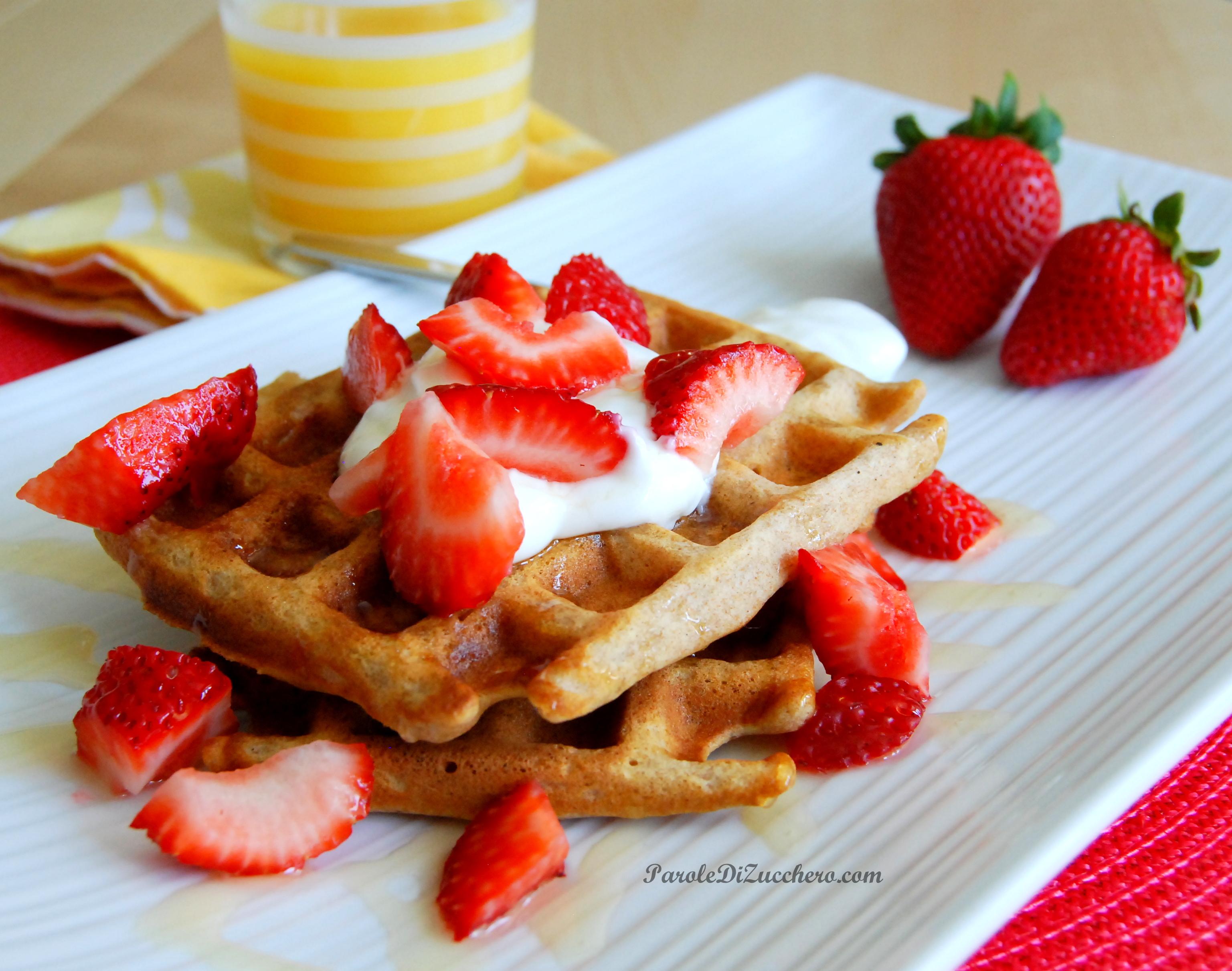 Top Waffles integrali con fragole, yogurt e miele, per una colazione  AN82