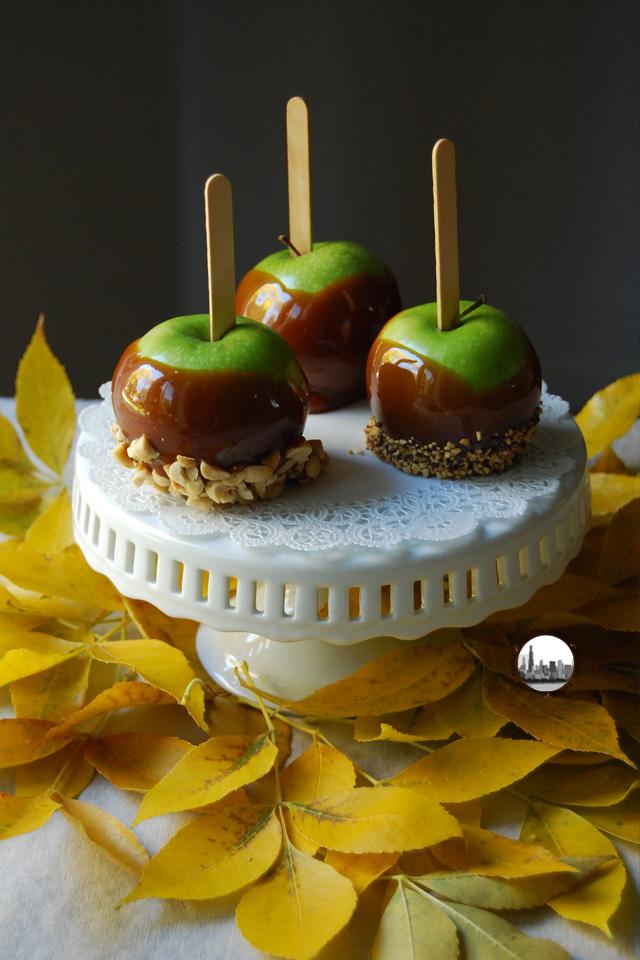 Foto Mele con caramello mou e foglie